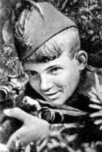 Василий Курка (1928-1945), воспитанник 395-й СД. Воевал с 13 лет, с августа 1941 года. Боевой счет как снайпера - 179 уничтоженных противника, из них около 80 офицеров, также сбитый самолёт «Фокке-Вульф-189» («рама»). Был награжден орденами Красного знамени, Красной звезды. Погиб в январе 1945 г., в звании лейтенанта в боях на Сандомирском плацдарме.