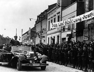 Гитлер въезжает в Мемель. На плакате надпись «Эта земля навсегда останется немецкой». Мемель, март 1939 года.