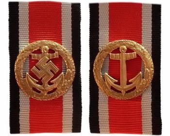 Почетная пристежка (шпанга) кригсмарине. Вариант 1944 года и денацифицированный (без свастики) вариант 1957 года.