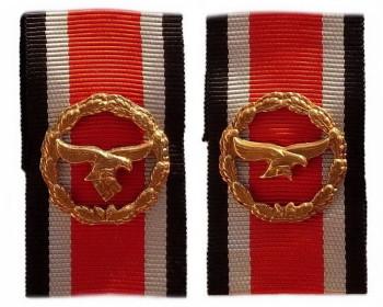 Почетная пристежка (шпанга) люфтваффе. Вариант 1944 года и денацифицированный (без свастики) вариант 1957 года.