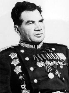 """Маршал, дважды герой Советского Союза В.И. Чуйков (1900-1982). Награждён крестом """"За выдающиеся заслуги""""."""