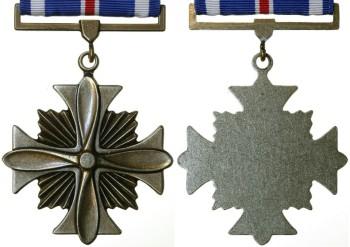 Аверс и реверс креста летных заслуг.