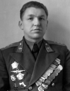 Генерал-полковник авиации Ермаченков В.В.(1906-1963). Кавалер одена Ленина, двух орденов Красного Знамени и двух орденов Ушакова 1-й степени. В числе первых был награждён орденом Ушакова.