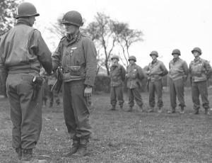Награды США - Капитан Роберт МакХолланд получает Серебряную Звезду от генерала Джеймса Вана Флита