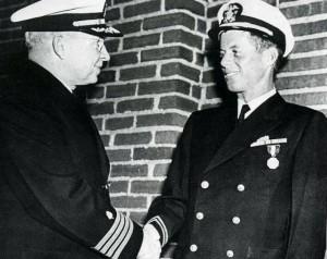 """Награждение Джона Ф. Кеннеди (John Fitzgerald """"Jack"""" Kennedy, 1917 - 1963) медалью ВМФ и Корпуса морской пехоты (NMCM). Фото 1943 г."""