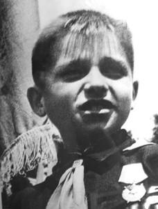 Пионер Костя Кравчук, спасший в годы фашистской оккупации Киева знамена 968 и 970 стрелковых полков. 11 июня 1944 года награждён Орденои Красного знамени.