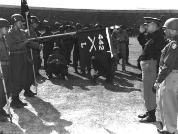 Генерал-лейтенант Лукиан Трасскот (Lucian Truscott) вручает подразделению награду Благодарности от Президента. Италия, 4 сентября 1945 г.