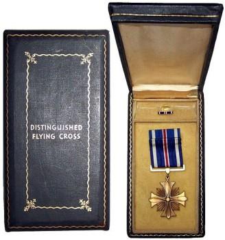 Наградная коробка и значок на лацкан Креста летных заслуг