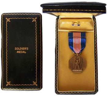 Наградная коробка и значок на лацкан Солдатской Медали
