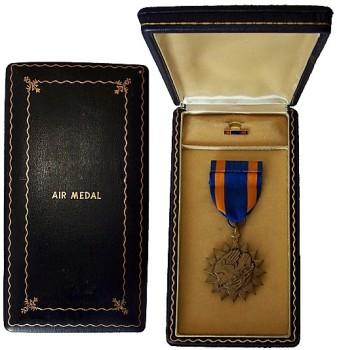 Наградная коробка и значок на лацкан Воздушной Медали.