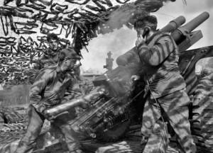 Награды армии США - Расчет 105-мм гаубицы M2A1 ведет обстрел немецких позиций у города Эрфтштадт, Германия. 1945