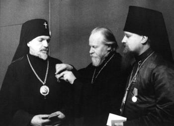 Управляющий Московской епархией митрополит Николай вручает медали «За оборону Москвы» иерархам церкви. Фото 1944 г.