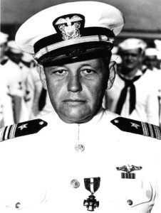 Уильям Х. Брокман-младший (William H. Brockman, Jr., 1904-1979). За командование подводной лодкой SS-168 во время битвы за Мидуэй в июне 1942 года и последующие военно-морские операции трижды награжден Крестом ВМФ, а субмарина и экипаж - Благодарностью воинской части от президента. Фото во время награждения на базе Перл-Харбор, 7 ноября 1942 г.